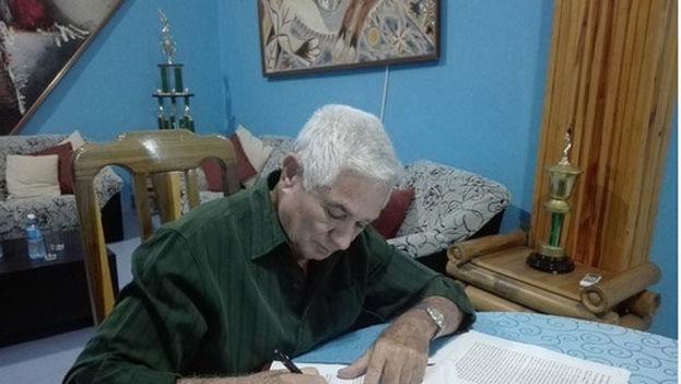 Higinio Vélez, presidente de la Federación Cubana de Béisbol, firma el histórico acuerdo con las MLB de EE UU. (FCBA)
