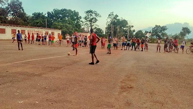 Con muy pocas opciones recreativas, los jóvenes del pueblo se arremolinan cada viernes y sábado en la pequeña cancha de pobre infraestructura, situada en los márgenes de la zona urbana. (14ymedio)