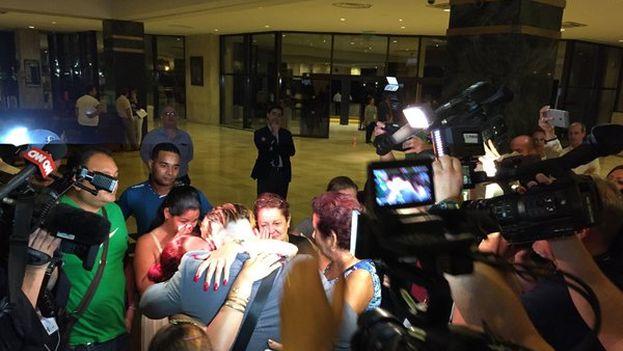 El equipo llegó esta noche a La Habana y se produjo un emotivo encuentro, el de Dayron Varona con su familia radicada en Cuba después de tres años sin verse. (@RaysBaseball)
