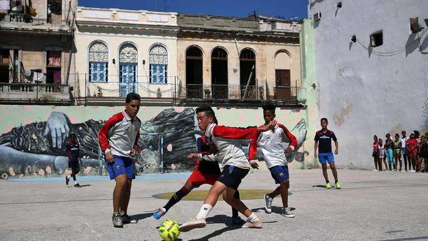 Un grupo de niños jugando fútbol en una de las áreas deportivas de La Habana Vieja, en la Habana, como parte de las actividades del proyecto comunitario 'Barriohabana'. (EFE)