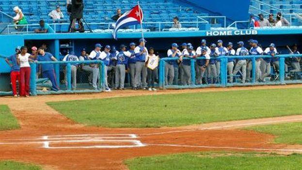 Integrantes del equipo de béisbol de Industriales de La Habana en el Estadio Latinoamericano de La Habana. (EFE/Ernesto Mastrascusa/Archivo)