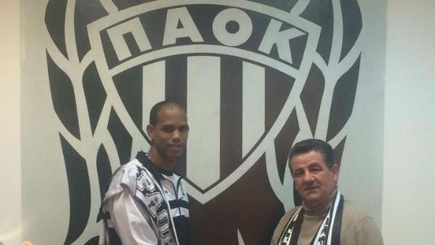 Jiménez con el presidente del PAOK durante su presentación. (PAOK Volley)