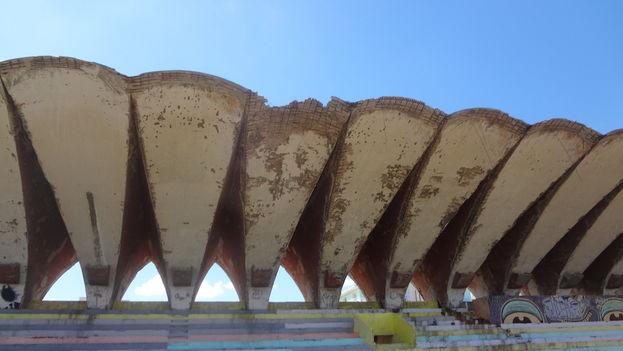 22. El centro deportivo José Martí, en las calles G y Malecón en el Vedado, muestra parte de su cerca perimetral derruida, las piscinas vacías o con agua estancada, el edificio que una vez albergó las taquillas se encuentra clausurado y parte del techo están a punto de desplomarse