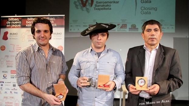 Lázaro Bruzón con el galardón del torneo y la característica txapela, sombrero típico de Bilbao. (FIBDA/Manu de Alba )
