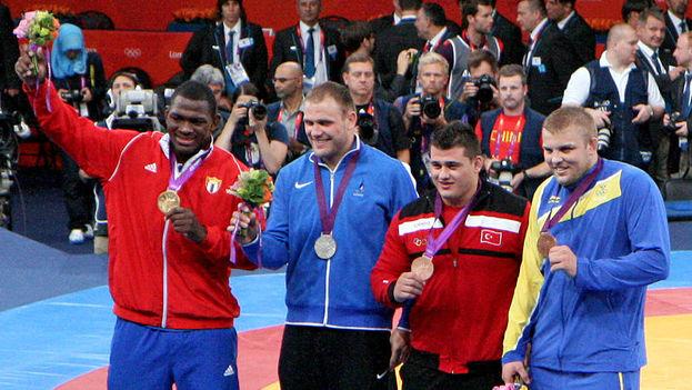 Mijaín López (izquierda) con medalla de oro junto al resto de medallistas en 2012. (CC/Flickr)