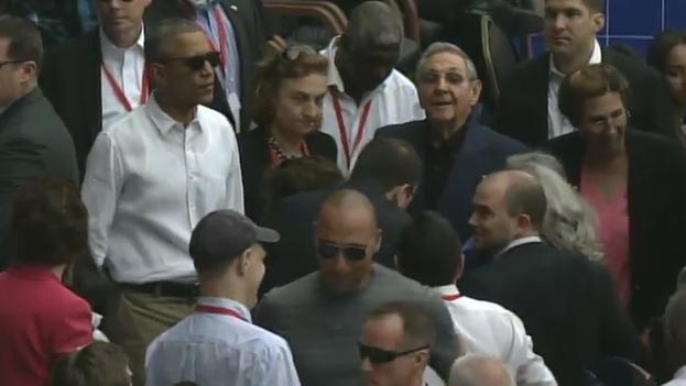 Los presidentes Barack Obama y Raúl Castro a su llegada al Estadio Latinoamericano. (Fotograma)