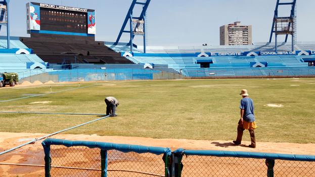 Obras en el estadio Latinoamericano para el partido con los Tampa Bay Rays y la visita de Obama. (EFE)