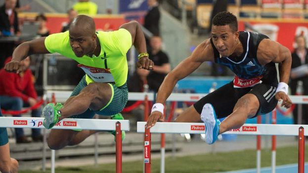 Orlando Ortega (derecha) en una prueba de 60 metros vallas. (G. MICHALOWSKI/EFE)