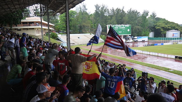 08. Las gradas del estadio Pedro Marrero de La Habana durante el partido que disputaron el Cosmos de Nueva York y la selección nacional de Cuba. (14ymedio)