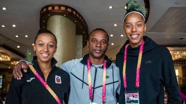 El cubano Iván Pedroso entrena a la gallega Ana Peleteiro (izquierda) y la venezolana Yulimar Rojas, bronce y oro respectivamente en su especialidad. (Twitter)