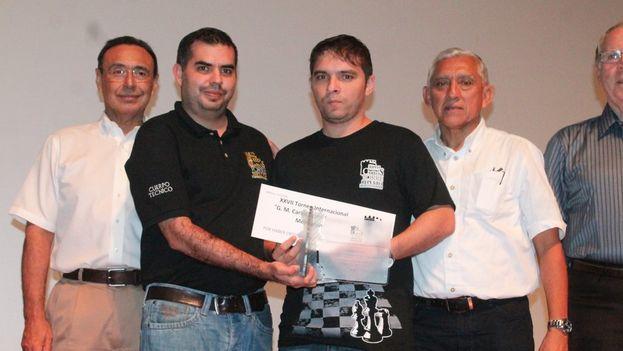 El ajedrecista Lázaro Bruzón recibe el premio del Torneo Carlos Torre Repetto de Ajedrez, celebrado en Mérida, Yucatán. (Twitter/@IDEY_oficial)