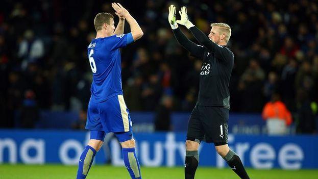 Los jugadores Robert Huth, a la izquierda, y Kasper Schmeichel, a la derecha, del Leicester City. (EFE)