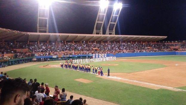 El partido de béisbol entre Villa Clara y Sancti Spíritus, no fue tan destacado, sobre todo por el agotamiento de los Gallos. (Jancel Moreno)