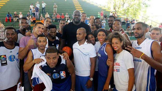 Shaquille O'Neal en el taller con jóvenes cubanos. (EFE)