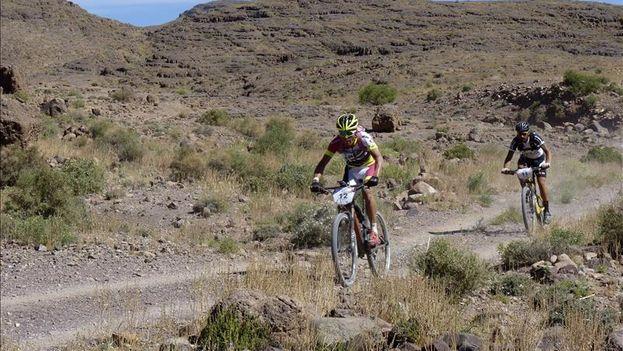 El colombiano Diego Tamayo seguido por el español Oscar Pereiro, durante la primera etapa de la prueba Titan Desert, disputada en Marruecos el pasado mes de abril. (EFE)