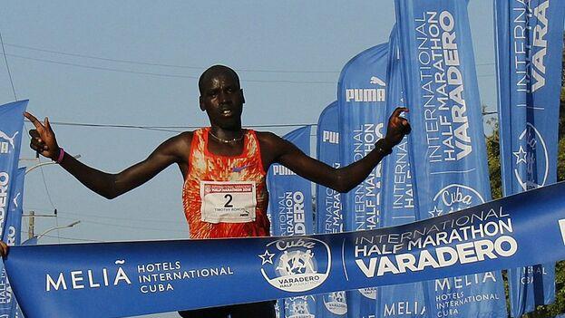 El keniano Timothy Kiplagat Ronoh tardó 1 hora, 2 minutos y 51 segundos en hacer los 21 kilómetros de la prueba. (Radio Progreso)