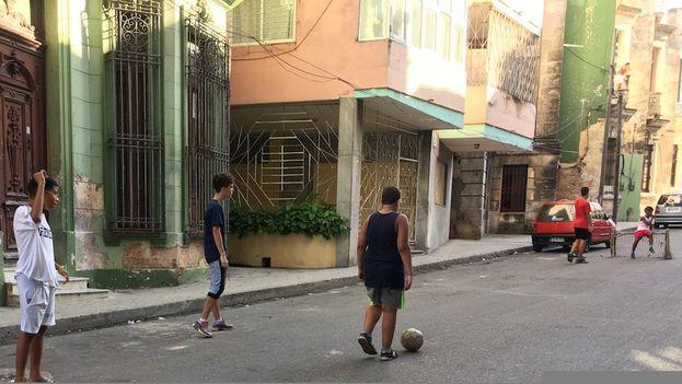 Ver a jóvenes jugando fútbol en las calles cubanas ya no es una escena exclusiva de los días del Mundial. (14ymedio)