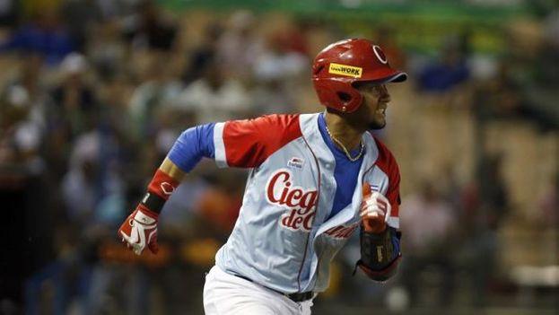 Yulieski Gurriel corre a primera base, durante el partido entre Ciego de Ávila y Leones del Escogido por la Serie del Caribe 2016, en el estadio Quisqueya de Santo Domingo, República Dominicana. (EFE)