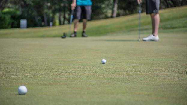 El golf se une así a los banquetes o las relaciones extramaritales, viejos enemigos de la moral comunista. (CC)