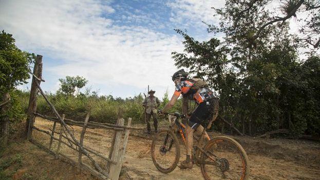 """""""Ha sido una etapa pura de bicicleta de montaña, por sitios muy complicados"""", dijo Tamayo. (@TitanTropicCuba)"""