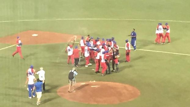 El equipo cubano celebrando su victoria contra Venezuela (Twitter/Serie del Caribe)