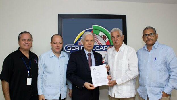 El comisionado y los directivos cubanos acordaron celebrar una reunión próximamente una reunión en La Habana para resolver el ingreso. (@beisboldecaribe)
