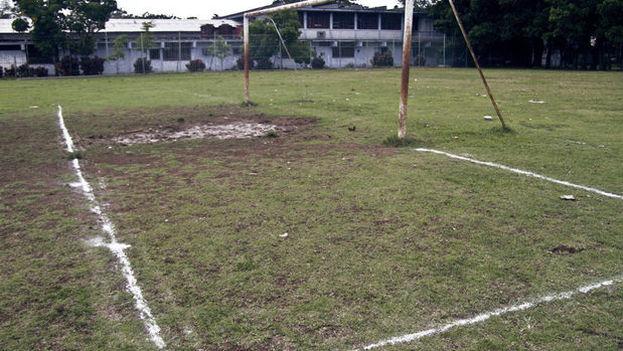 Las malas condiciones de los terrenos dificultan la práctica popular de fútbol