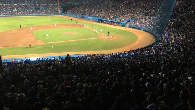 """Para el entrenador de Industriales, Víctor Mesa, """"la gran victoria fueron los 55.000 [espectadores] que entraron al estadio y los 15.000 que se quedaron afuera"""". (14ymedio)"""