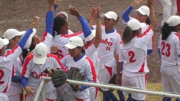 El equipo femenino cubano de softbol tras ganar a Colombia. (VERACRUZ 2014)