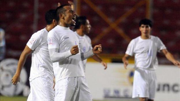 Los jugadores de Nicaragua celebran el gol. (EFE/Archivo)