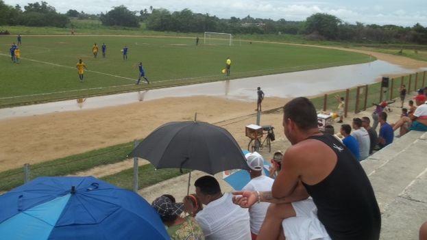 La lluvia no es obstáculo para que la afición acuda al campo en Cuba. (14ymedio)