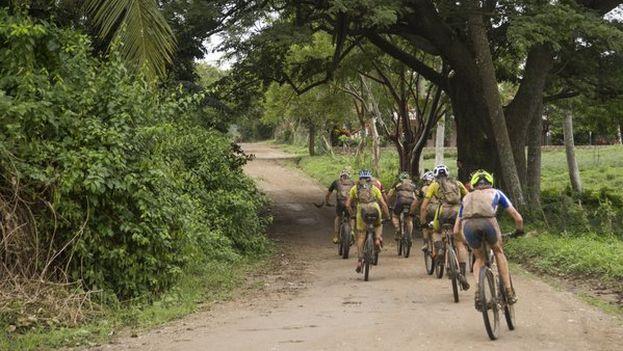 Los participantes tuvieron que superar dos río en los 88 kilómetros de la segunda etapa, entre Las Terrazas y Soroa. (Titan Tropic)