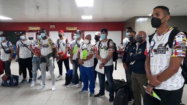 En la imagen los 12 peloteros que regresaron este lunes a La Habana. (Radio Rebelde)