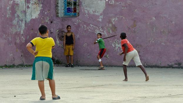 A pesar de que el fútbol ha ganado mucho terreno en las preferencias de niños y jóvenes, todavía es común ver estos juegos de béisbol en las esquinas o plazas de las ciudades de la Isla. (C. V.)