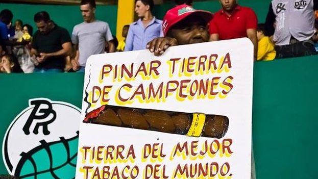 Un seguidor del equipo de Pinar del Río anima a los jugadores. (Facebook)