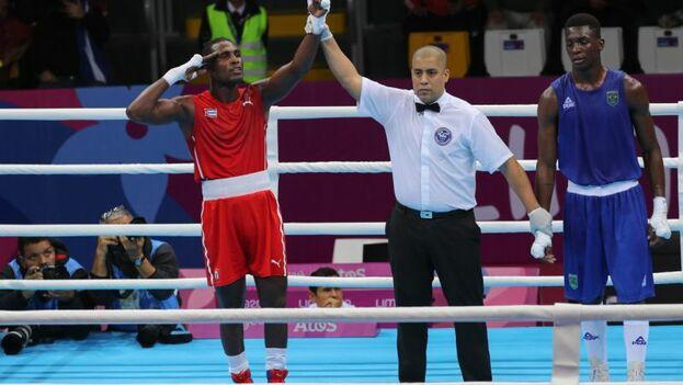 El dominicano sorprendió al cubano Yosbany Veitía Soto, quien se quedó con la plata.  (EFE)