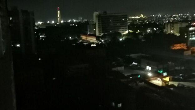Apagón en La Habana, donde los pocos edificios que permanecen iluminados son oficiales. (14ymedio)