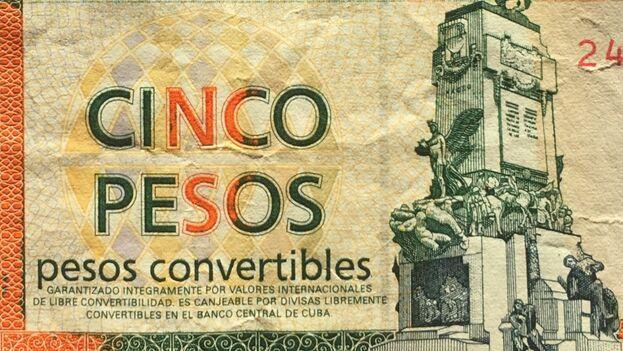 """Debajo de la denominación de cada billete de CUC, se lee este compromiso en letras pequeñas : """"Garantizado íntegramente por valores internacionales de libre convertibilidad""""."""