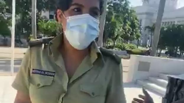 Una de las agentes que se acercó a detener a la reportera Luz Escobar, este domingo en el Parque Central de La Habana. (Captura)