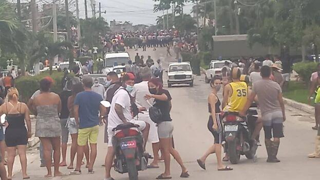 """Miles de cubanos salieron a las calles a protestar y en numerosas ciudades gritaron """"no tenemos miedo"""". (Facebook)"""