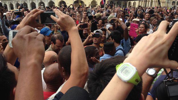 En el centro, con gorra blanca y teléfono, el joven que fue confundido con Barack Obama