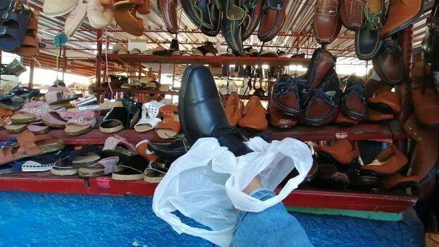 Entre los kioscos de productos industriales ubicados en el Mercado EJT de la calle Tulipán hay uno para la venta de zapatos. (14ymedio)