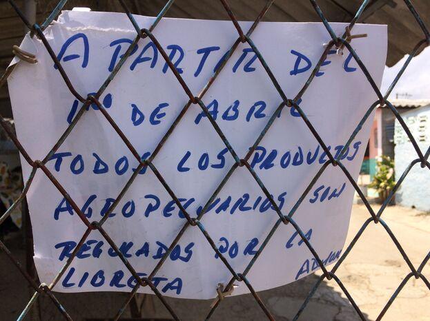 Cartel en el mercado agropecuario estatal número uno de Holguín, donde a partir del 1 de abril solo se venderá una cantidad máxima de alimentos cada mes por persona. (Fernando Donate)