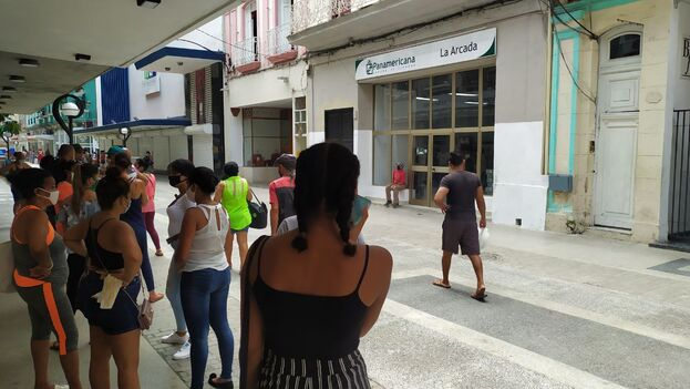 Cola para uno de los mercados en divisas en el Boulevard habanero. (14ymedio)