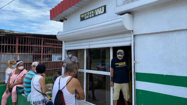 Cola este lunes ante una oficina de Western Union en La Habana. (14ymedio)