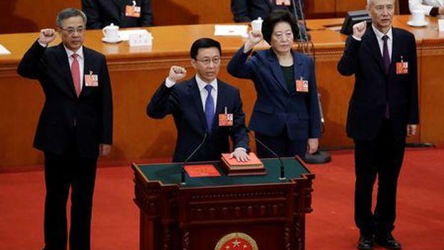 El ministro de economía Liu Kun jura la Constitución en la séptima sesión plenaria de la Asamblea Popular Nacional en el Gran Palacio del Pueblo, en Pekín. (EFE)