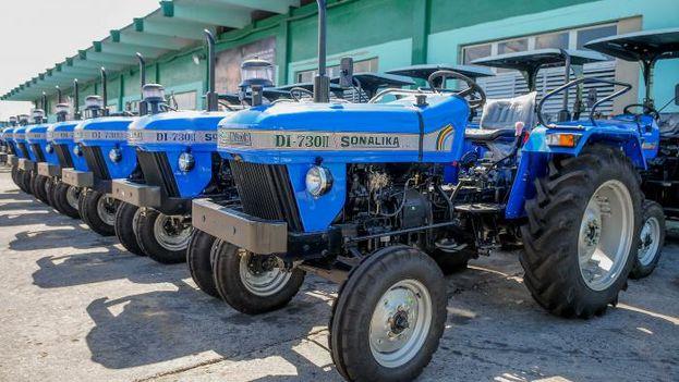 Cuba recibió este lunes 60 tractores como donativo de la India. (@EmbaCuba_India)