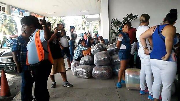 Cubanos dedicados a la importación de productos en el aeropuerto de Georgetown, Guayana. Esta antigua colonia británica se ha convertido en uno de los destinos principales para las mulas porque permite ingresar a ciudadanos cubanos solo con un visado que se obtiene a la llegada al país