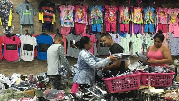 Cubanos dedicados a la importación de productos, llamados popularmente 'mulas', en Georgetown, Guyana. Esta antigua colonia británica se ha convertido en uno de los destinos principales para las mulas porque permite ingresar a ciudadanos cubanos solo con un visado que se obtiene a la llegada al país