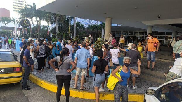 Decenas de personas esperaban este martes ante el hotel Habana Libre al café que se pondría a la venta. (14ymedio)